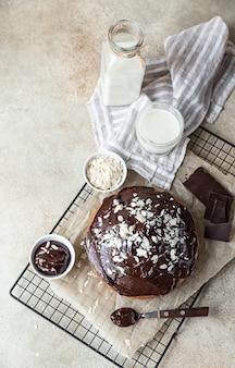 Torta artigianale al cioccolato e vaniglia decorata con glassa al cioccolato e noci. torta marmorizzata