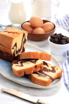 Torta marmorizzata al cioccolato e vaniglia fatta in casa. affettato servito con tè o caffè. sfondo bianco