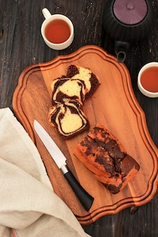 Torta marmorizzata al cioccolato e vaniglia fatta in casa. affettato servito con tè o caffè.