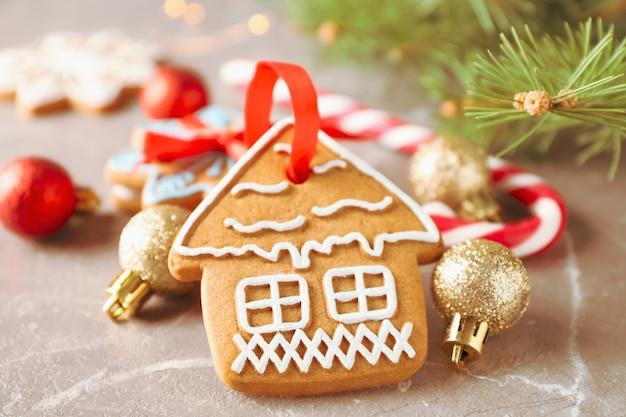 Biscotti fatti in casa di natale, caramelle, giocattoli su marrone, spazio per il testo. avvicinamento