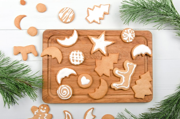 Biscotti di natale fatti in casa sul tavolo di legno