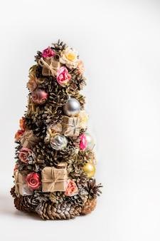 Albero di natale fatto in casa fatto di coni, giocattoli e regali di natale - decorazione per natale