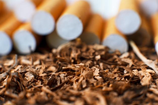 Sigarette e tabacco fatti in casa, primo piano con spazio di copia. produzione di sigarette