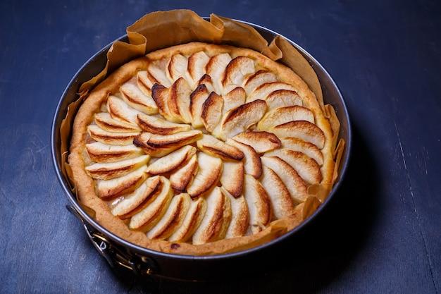 Pasticceria alla cannella fatta in casa, torta di mele appena sfornata, torta di mele tradizionale francese dal forno, teglia