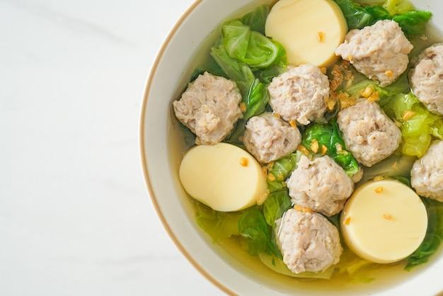 Zuppa chiara fatta in casa con tofu e ciotola di maiale macinata
