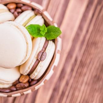 Amaretto al cioccolato al caffè fatto in casa con foglia di menta su legno