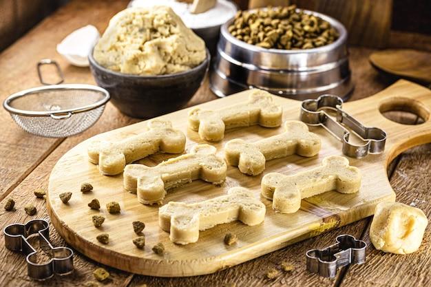 Impasto per biscotti fatto in casa per snack per cani, biscotti per animali fatti con prodotti biologici