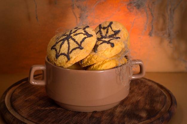 Biscotti fatti in casa con ragnatela per la festa di halloween