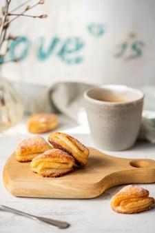 Biscotti fatti in casa su una tavola di legno con una tazza di caffè
