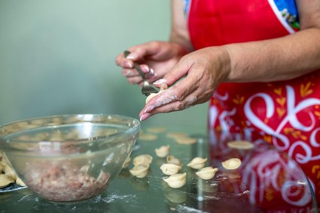 Cucina casalinga di canederli con carne macinata