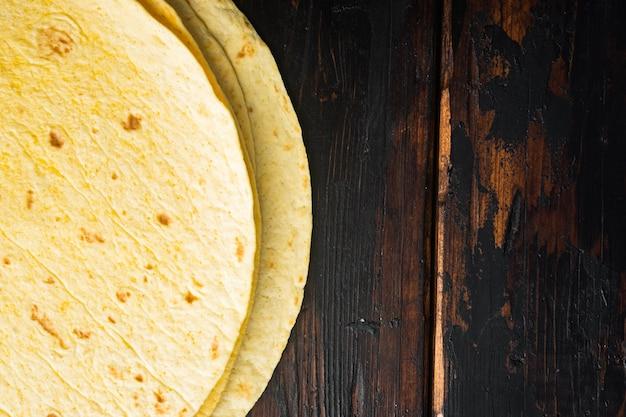 Tortillas di mais fatte in casa, sul vecchio fondo di tavola in legno scuro, copia dello spazio