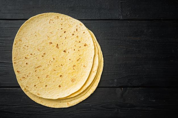 Tortillas di mais fatte in casa vista dall'alto laici piatta con copia spazio per il testo