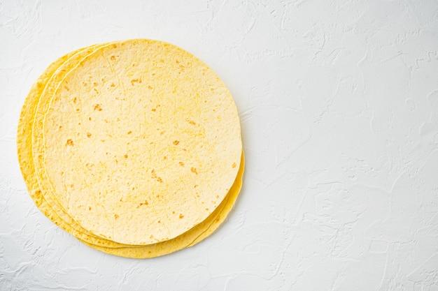 Tortillas di mais fatte in casa, su sfondo bianco, vista dall'alto laici piatta con copia spazio per il testo