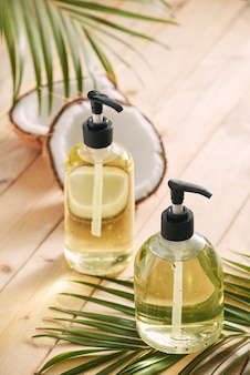 Cosmetici fatti in casa olio di cocco e acido di limone. sapone e shampoo fatti in casa. cosmetici biologici. ecologico e biologico. procedura di bellezza. spa e benessere