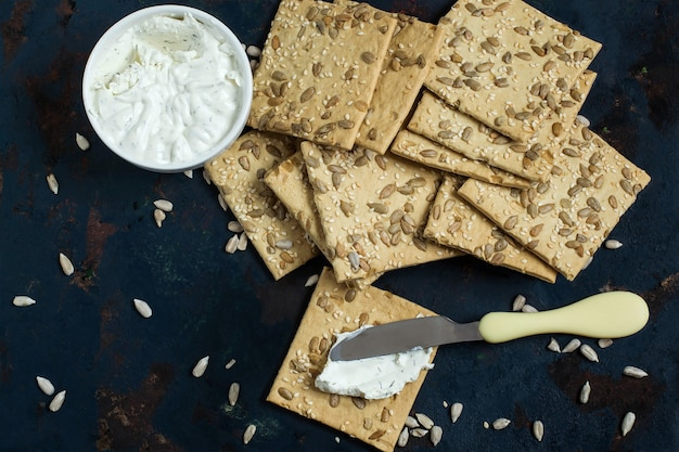 Cracker fatti in casa con semi di girasole al sesamo e crema di formaggio