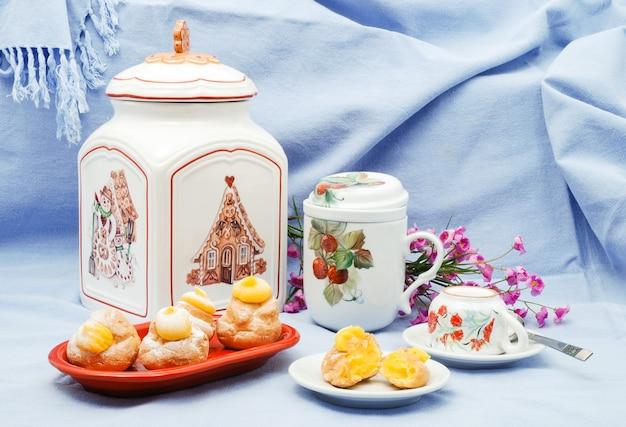 Bignè fatti in casa o eclaire ripieni di crema pasticcera alla vaniglia