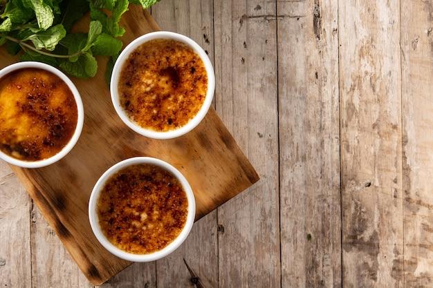 Crème brulée fatta in casa nella ciotola sul tavolo di legno