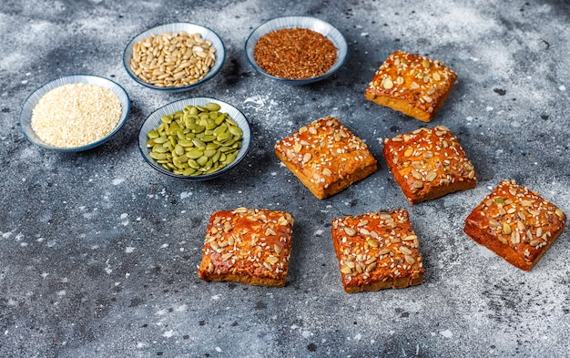 Biscotti croccanti fatti in casa con semi di sesamo, farina d'avena, zucca e girasole. snack salutare, petardi