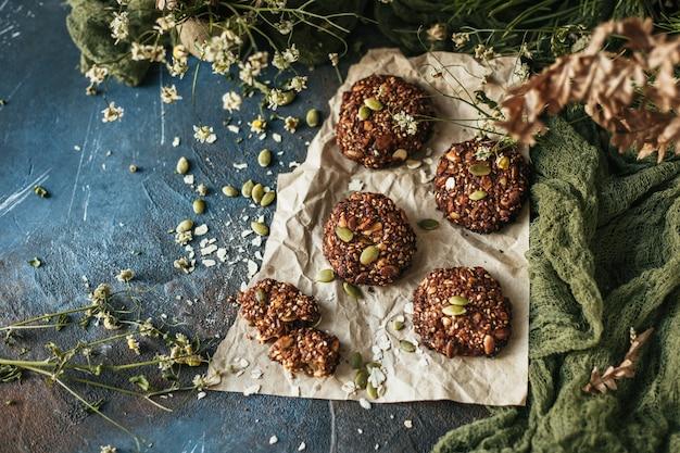 Biscotti croccanti casalinghi del seme su un fondo scuro