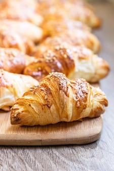 Croissant fatti in casa con formaggio su tavola di legno. cuocere per colazione.