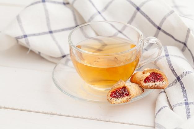 Biscotti e tè croccanti casalinghi su una tavola di legno