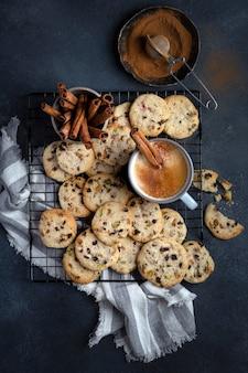 Biscotti croccanti fatti in casa con pistacchi, ciliegia e burro