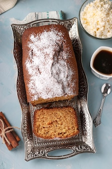 Muffin alla cagliata fatta in casa su un vassoio di metallo sulla superficie azzurra