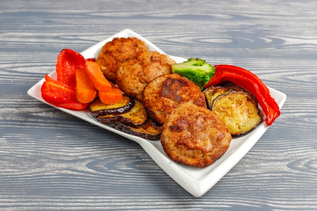 Deliziose cotolette fatte in casa con verdure arrosto.