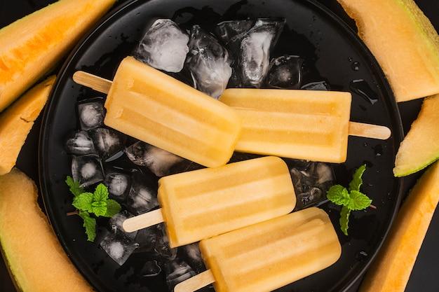 Delizioso ghiacciolo artigianale di melone cantalupo. dessert estivo sano.