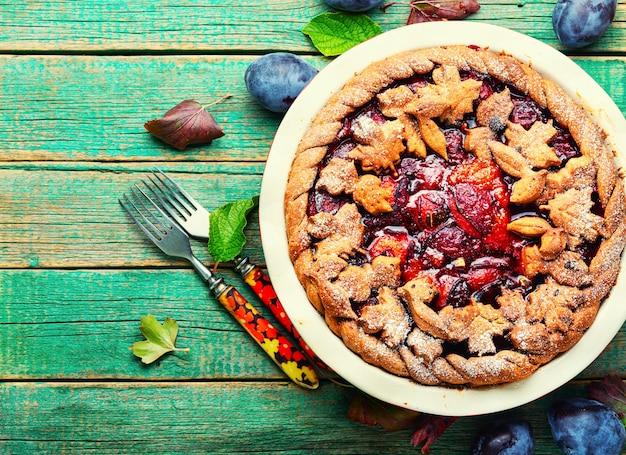 Deliziosa torta fatta in casa con prugne autunnali.dolci estivi alla frutta