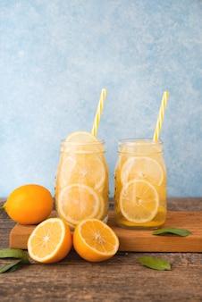 Acqua detox fatta in casa al limone in un barattolo di vetro