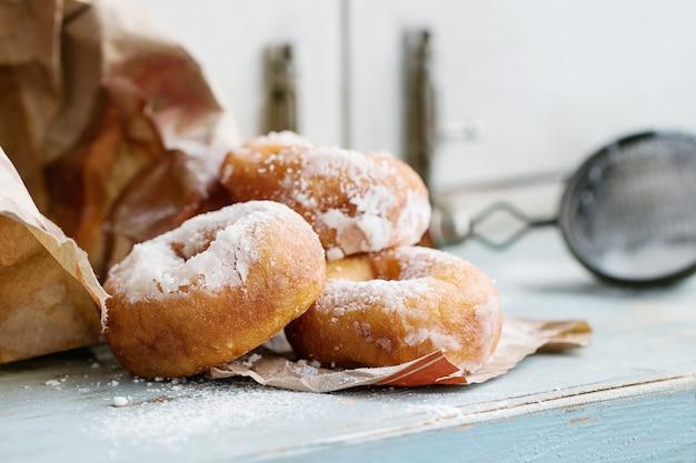Ciambelle fatte in casa con zucchero in polvere