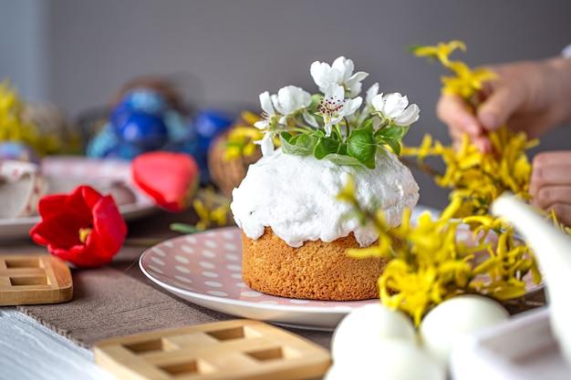 Torta di pasqua fatta in casa si chiuda su un tavolo tra i fiori. concetto di vacanza di pasqua a casa.