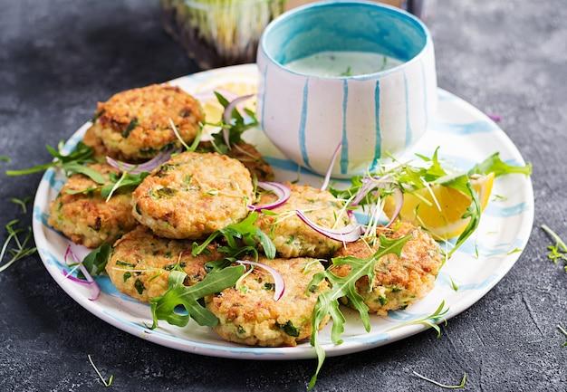 Crocchette di pesce fatte in casa con pesce bianco, bulgur, spinaci e pangrattato. frittelle di baccalà tritato.