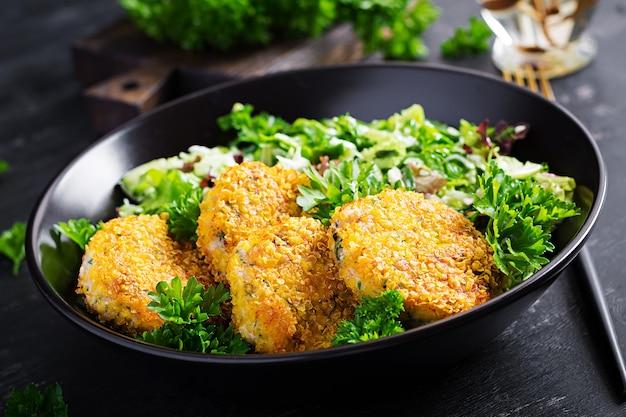 Crocchette di pesce fatte in casa da pesce bianco in panatura di cornflakes. frittelle di baccalà tritato. pranzo o cena deliziosi e nutrienti.