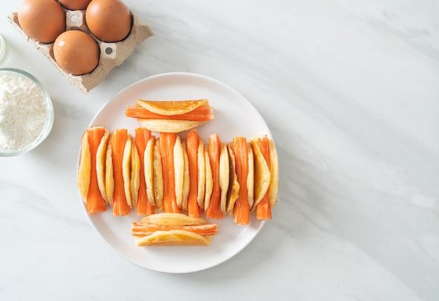 Rotolo di pancake piatto fatto in casa con bastoncino di granchio