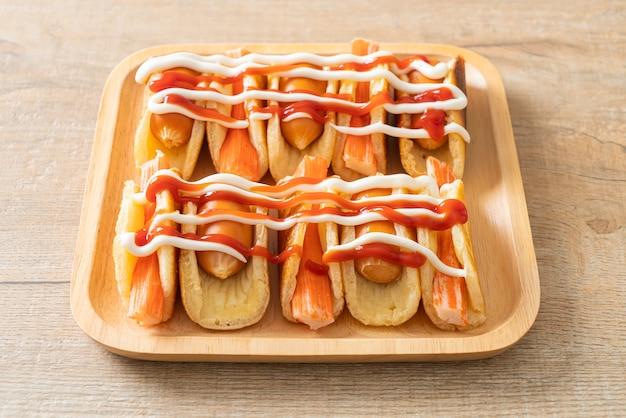 Rotolo di pancake piatto fatto in casa con salsiccia e bastoncino di granchio