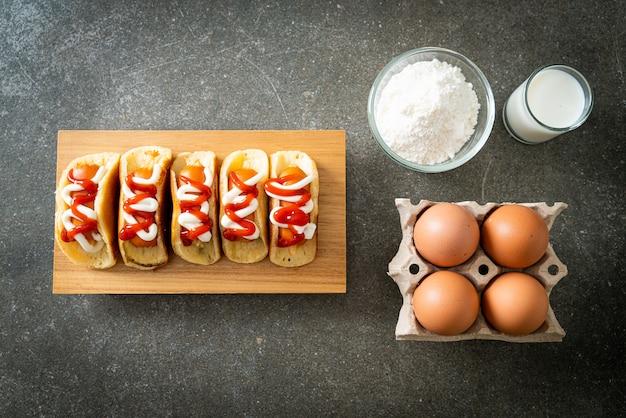 Rotolo di pancake piatto fatto in casa con salsiccia