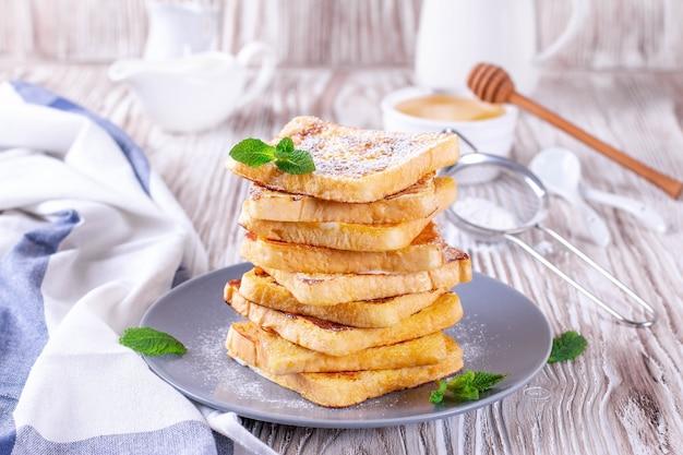 Toast francese fatto in casa con zucchero a velo sul tavolo