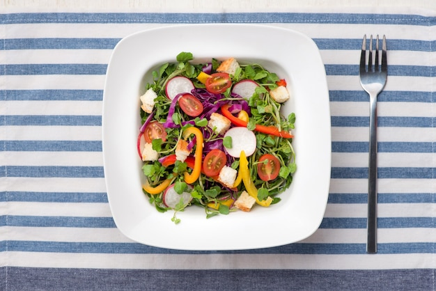 Insalata di verdure verde fresca fatta in casa sul tavolo.