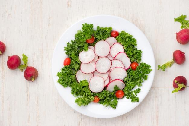 Insalata di verdure di ravanelli freschi fatti in casa sul tavolo. avvicinamento.