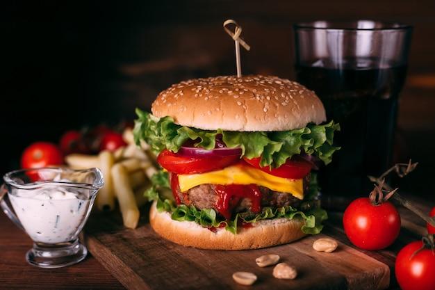 Hamburger gustoso fresco fatto in casa con lattuga e formaggio