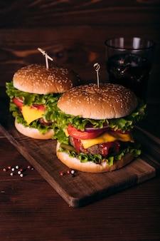 Hamburger gustosi freschi fatti in casa con lattuga e formaggio