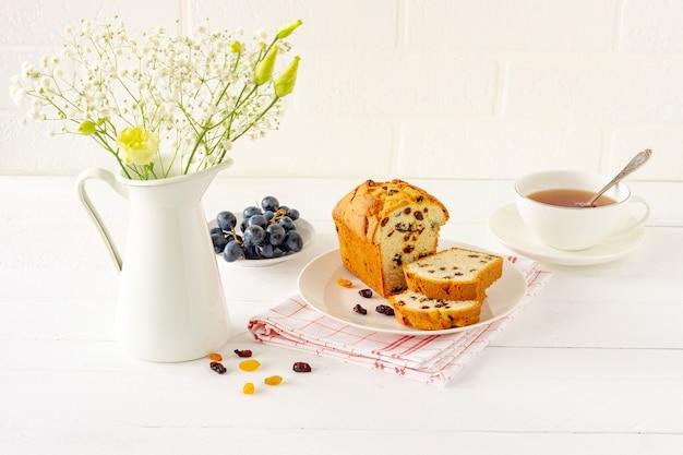 Pagnotta appena sfornata fatta in casa con uvetta. trattamento tradizionale per tè o caffè. pound cake. colazione deliziosa.