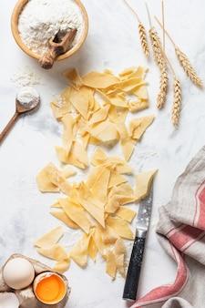 Pasta fresca fatta in casa e maltagliati. cucina italiana tradizionale. concetto di cucina. vista dall'alto.