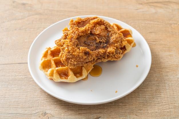 Waffle di pollo fritti fatti in casa con miele o sciroppo d'acero