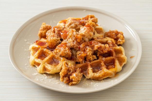 Pollo fritto fatto in casa con waffle e formaggio