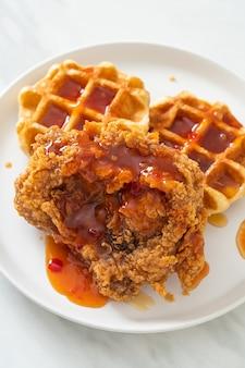 Pollo fritto fatto in casa con waffle e salsa piccante