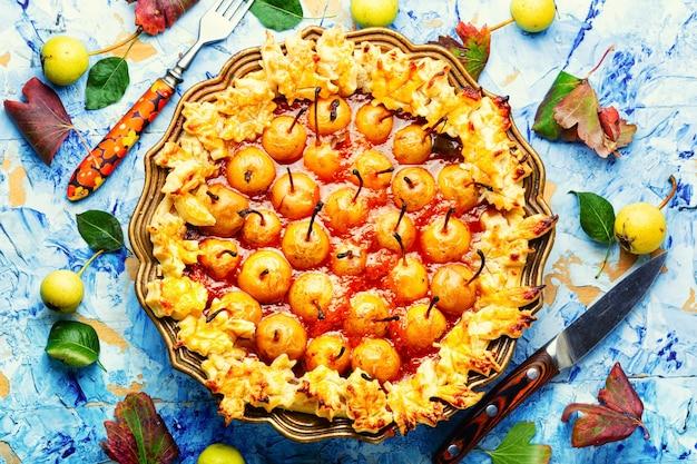 Torta aperta di frutta fatta in casa. torta di pere. dolce dolce autunnale.