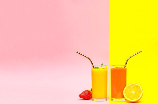 Frullato di frutta fatto in casa su uno sfondo giallo e rosa con copia spazio. concetto di stile di vita sano, vegano, dieta.